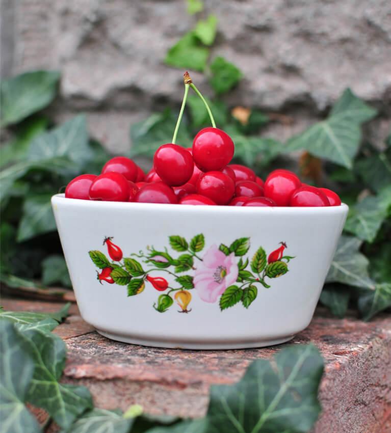 miska s třešněmi